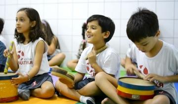 A musicalização desenvolve a socialização, a capacidade inventiva, a expressividade, a coordenação motora e o tato fino.