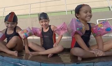 Aqui a aula de natação é a maior diversão!